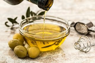 How is Olive Oil an Effective Solution for Dry Hair?